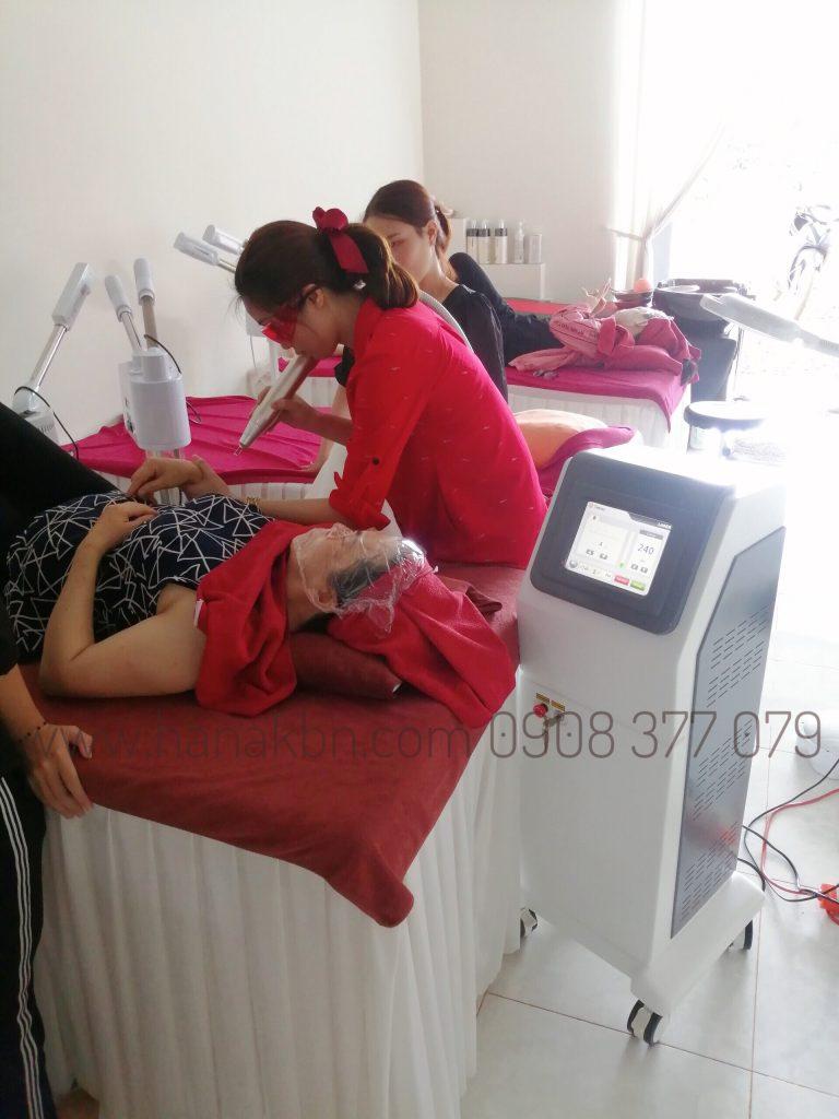 Hình ảnh chủ spa điều trị cho khách hàng bằng công nghệ Laser Yag RG 399 Plus chính hãng được phân phối độc quyền bởi công ty HanaKBN