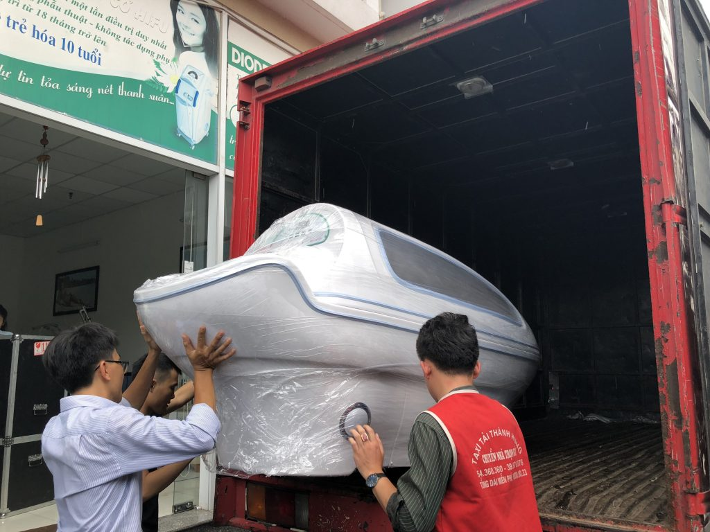 Hình ảnh chuyển giao phi thuyền tắm trắng hồng ngoại cho khách hàng spa