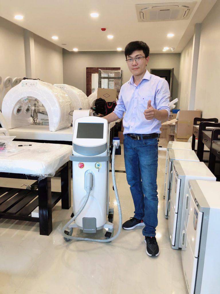 Hình ảnh chuyển giao máy triệt lông Diode Aroma Hàn Quốc cho khách hàng spa