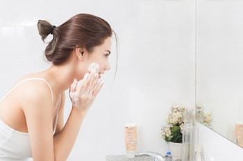 Dùng sữa rửa mặt thường xuyên để tránh xa mụn