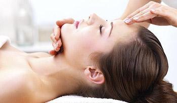 Massage mặt giúp xóa nếp nhăn