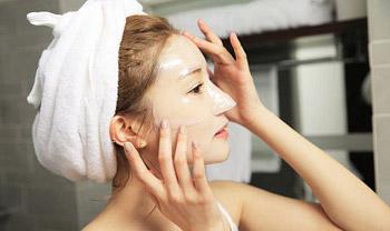 Đắp mặt nạ thải độc giúp da mịn màng