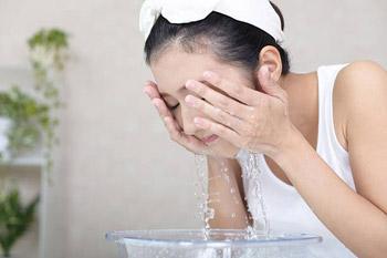 Rửa mặt sạch giúp hạn chế mụn trứng cá