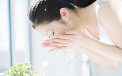 Rửa mặt bằng nước muối sinh lý để điều trị da nhiễm corticoid nặng