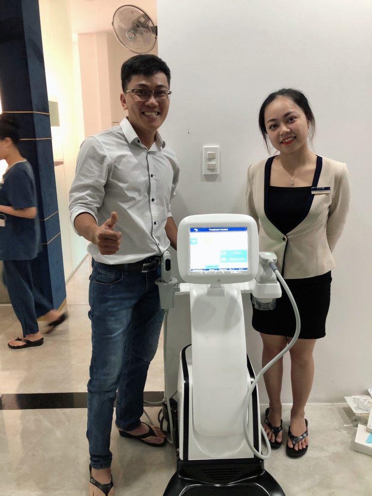 Hình ảnh chuyển giao máy nâng cơ LipoHifu cho khách hàng spa
