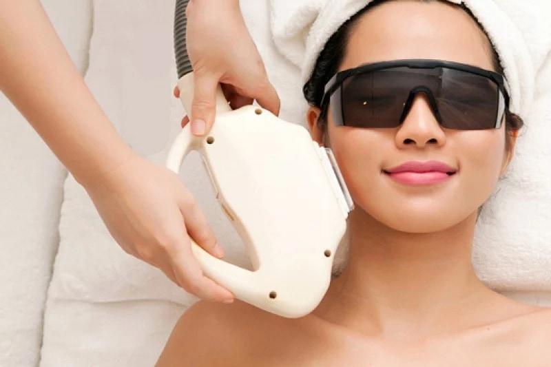 đeo mắt kính bảo hộ trước khi triệt lông
