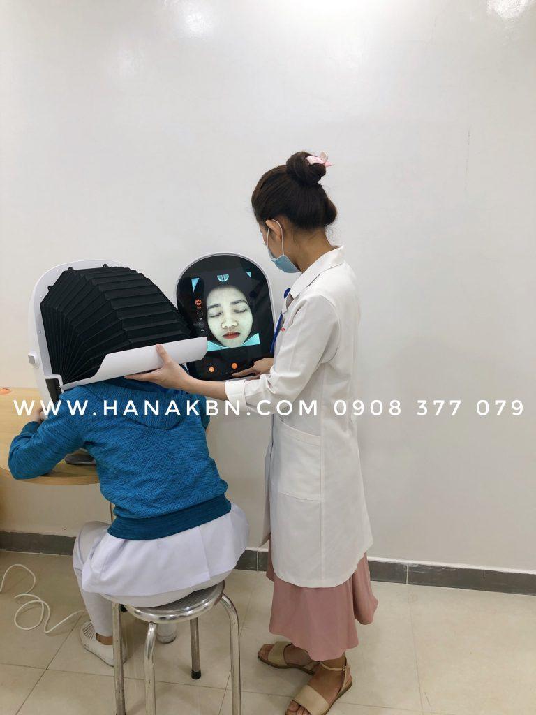 Hình ảnh chuyển giao máy phân tích da Smart Mirror Pro cho bác sĩ da liễu
