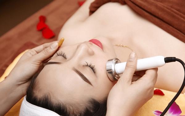 Điện di sẽ là cách giúp đẩy dưỡng chất, da sẽ trở nên căng chắc và khỏe mạnh hơn