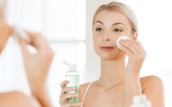Dùng toner để làm sạch lại da và giúp cân bằng độ pH