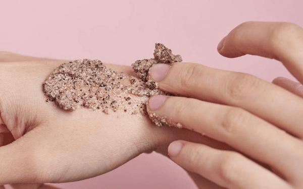 Bạn có thể tiến hành tẩy da chết bằng các nguyên liệu tự nhiên, an toàn và vô cùng đơn giản